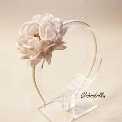 Ободок с белым цветком камелии - Clubzakolka.ru